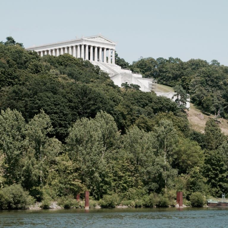 Het Walhalla bij Regensburg, gezien vanaf de Donau. Foto: Lisa de Jong.