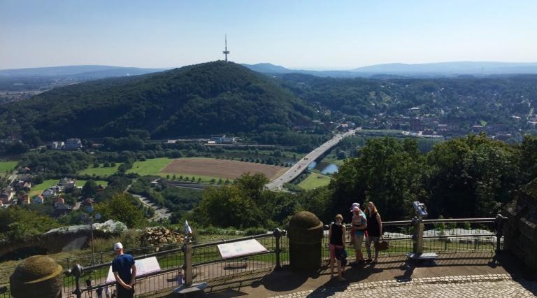 Vanaf het resterende terras van het Kaiser-Wilhelm-Denkmal in Porta Westfalica heb je een prachtig uitzicht over de uitlopers van het Teutoburgerwoud. Foto: Robin Oomkes.