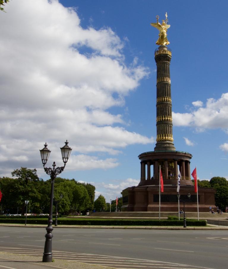 De Siegessäule (overwinningszuil) op de Grosser Stern in Berlijn. Oorspronkelijk bevond hij zich op het plein voor de Rijksdag, maar de nazi's hebben het monument in de jaren dertig naar zijn huidige locatie verplaatst.