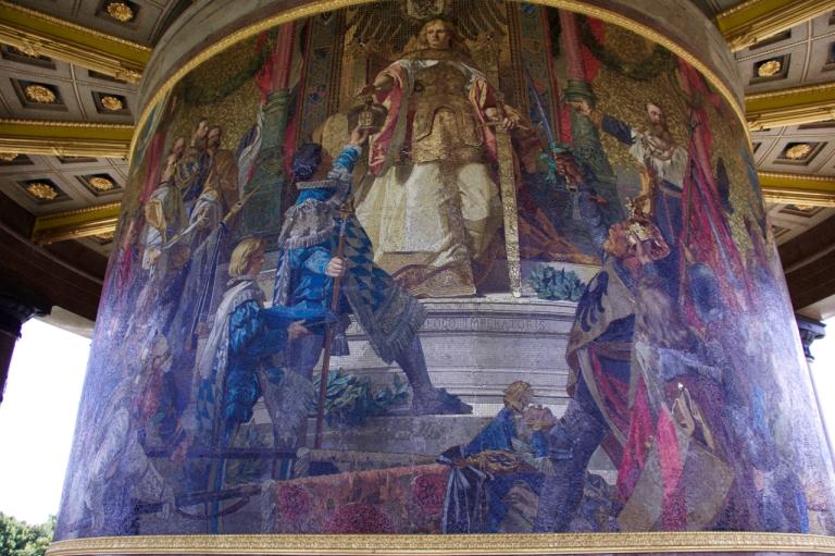 Op het mozaïek aan de voet van de Siegessäule wordt Germania de keizerskroon aangerijkt. Om de Beierse koning niet te schofferen werd in plaats van de Pruisische Wilhelm een mythologische figuur afgebeeld.