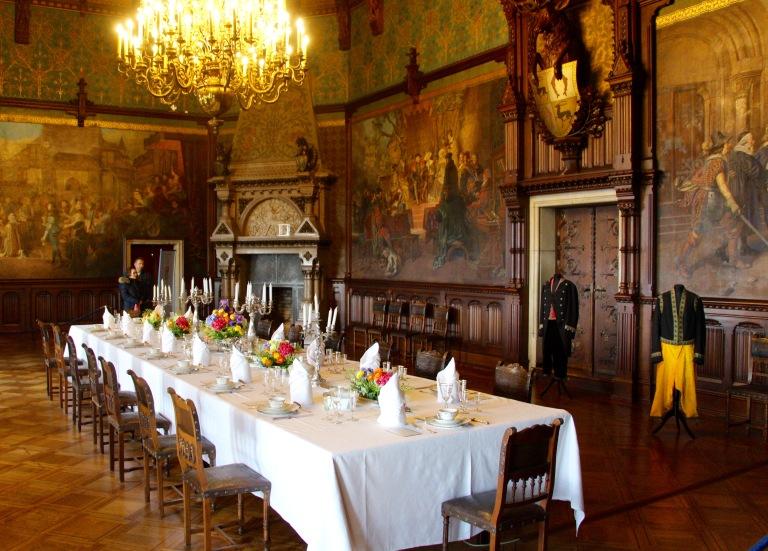 In de feestzaal werd gedineerd en gedanst. Met een andere tafelschikking was het in deze zaal mogelijk tot 120 gasten aan tafel te bedienen.