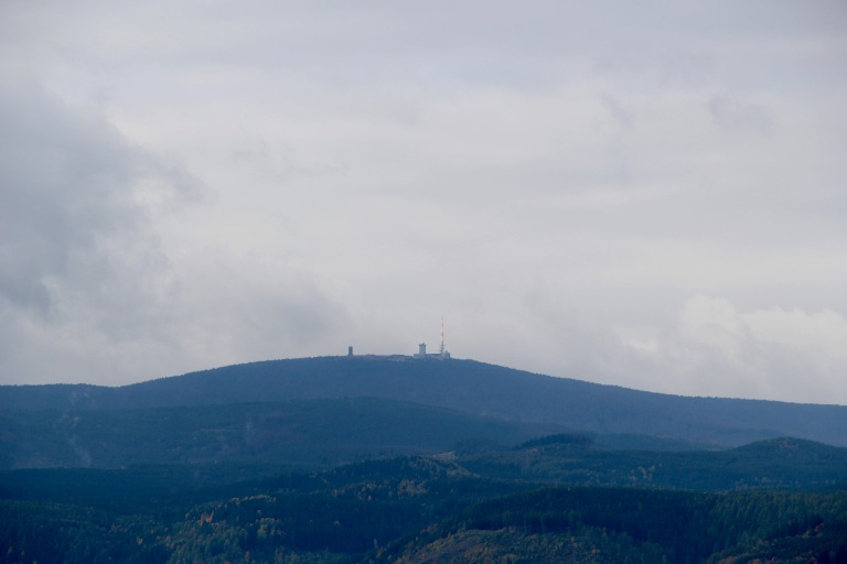 Vanaf het terras van kasteel Wernigerode heb je ook uitzicht op de Brocken, de sagenomweven hoogste berg van de Harz en ook van Noordduitsland (1141 m).