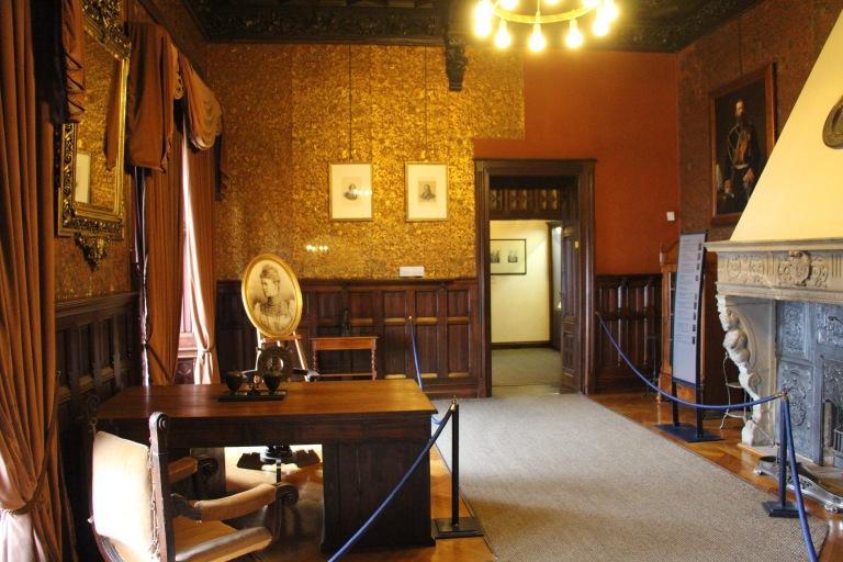 De werkkamer van Otto van Stolberg-Wernigerode op het kasteel. Aan de wanden hangen portretten van politiek belangrijke figuren uit die tijd: onder meer keizer Wilhelm, kanselier Bismarck, en kroonprins Friedrich Wilhelm (later keizer Friedrich III).